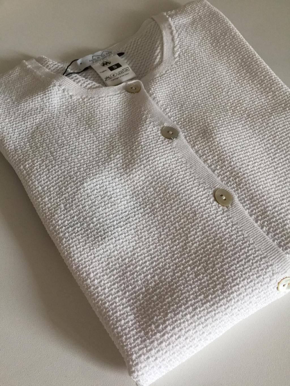 MOD. S216044, maglia femminile allacciata sul davanti. Realizzata in viscosa lavorata a telaio, manica 3/4,