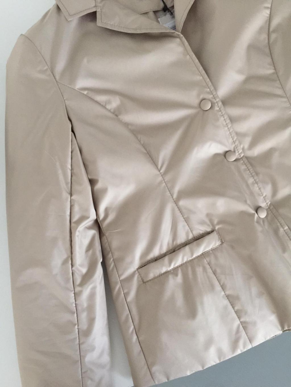 Giacchina ZE5788, realizzata in nylon idrorepellente con leggera imbottitura in fiocco ecologico.